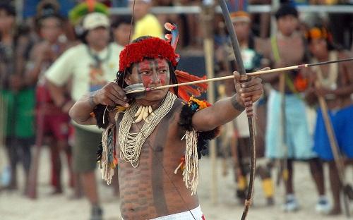 Como fazer um arco e flecha indígena